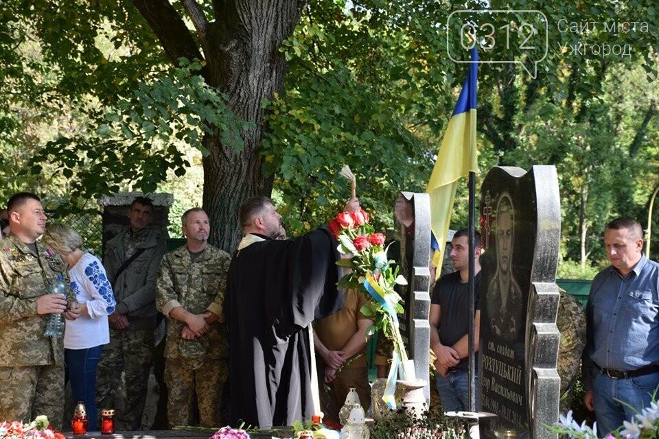 В Ужгороді над могилами загиблих захисників України встановили Державні прапори (ФОТОРЕПОРТАЖ), фото-5