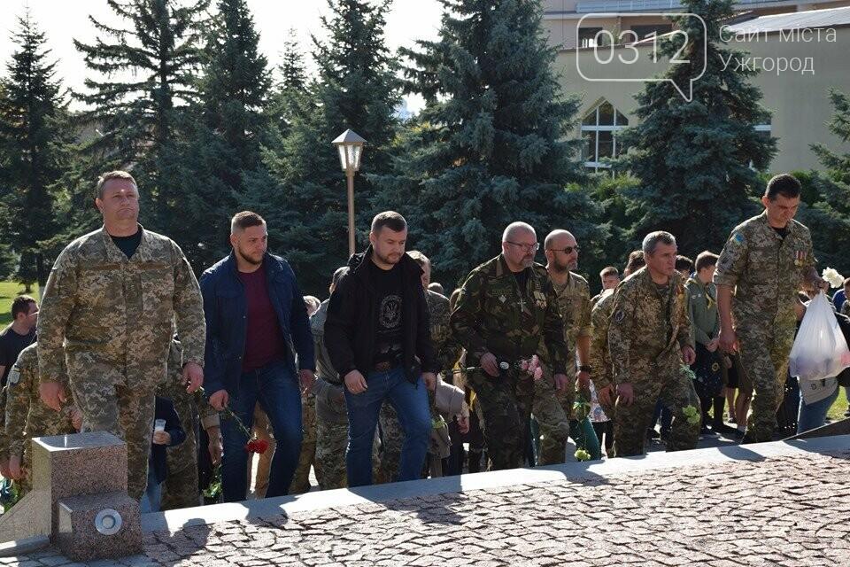 В Ужгороді над могилами загиблих захисників України встановили Державні прапори (ФОТОРЕПОРТАЖ), фото-4