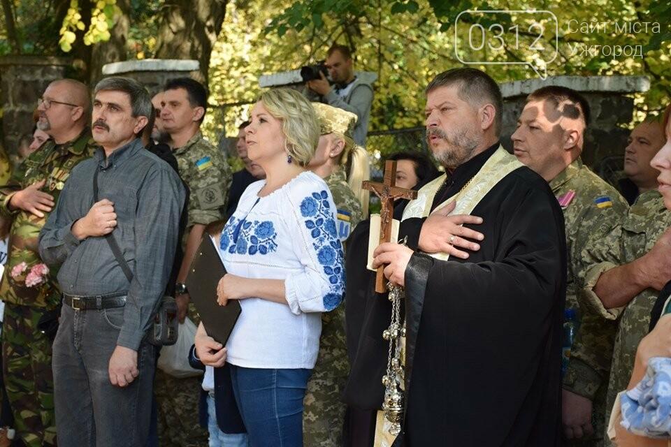 В Ужгороді над могилами загиблих захисників України встановили Державні прапори (ФОТОРЕПОРТАЖ), фото-8
