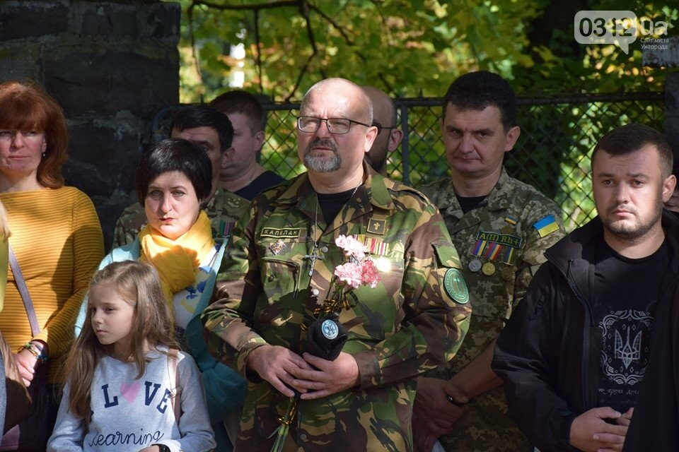 В Ужгороді над могилами загиблих захисників України встановили Державні прапори (ФОТОРЕПОРТАЖ), фото-7