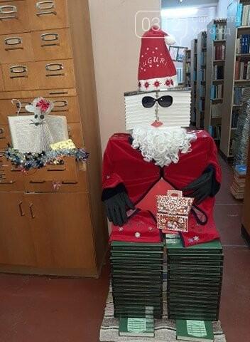 В ужгородському училищі з'явилася незвична новорічна інсталяція із книг (ФОТО), фото-2