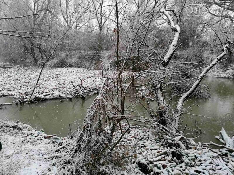 Капці, пляшки та настінний годинник: закарпатські активісти зайнялись розчисткою ріки Боржави (ФОТОРЕПОРТАЖ), фото-2