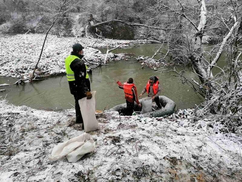 Капці, пляшки та настінний годинник: закарпатські активісти зайнялись розчисткою ріки Боржави (ФОТОРЕПОРТАЖ), фото-4