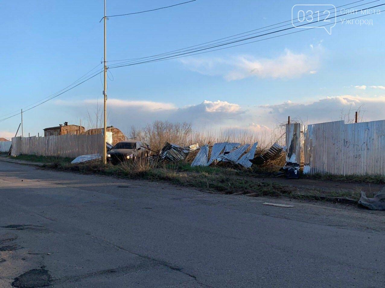 Летіли на шаленій швидкості: в Ужгороді Lexus зніс паркан будівництва та ледь не спровокував ДТП (ФОТО), фото-4