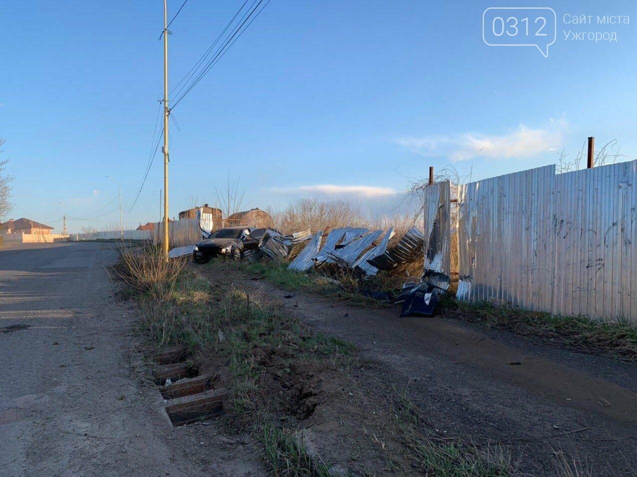 Летіли на шаленій швидкості: в Ужгороді Lexus зніс паркан будівництва та ледь не спровокував ДТП (ФОТО), фото-1