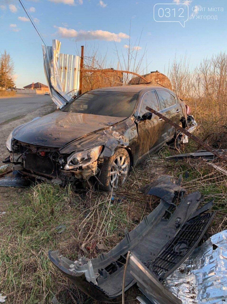 Летіли на шаленій швидкості: в Ужгороді Lexus зніс паркан будівництва та ледь не спровокував ДТП (ФОТО), фото-3