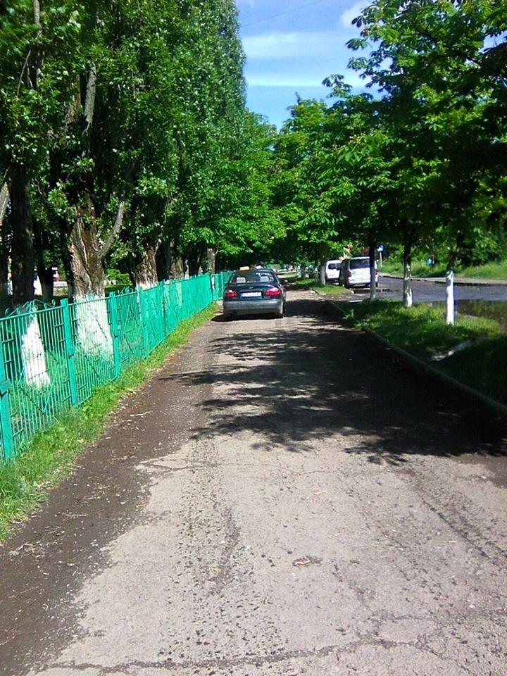 В Ужгороді на Академіка Корольова автомобілі їздять тротуаром, оминаючи величезні калюжі: фото, фото-1