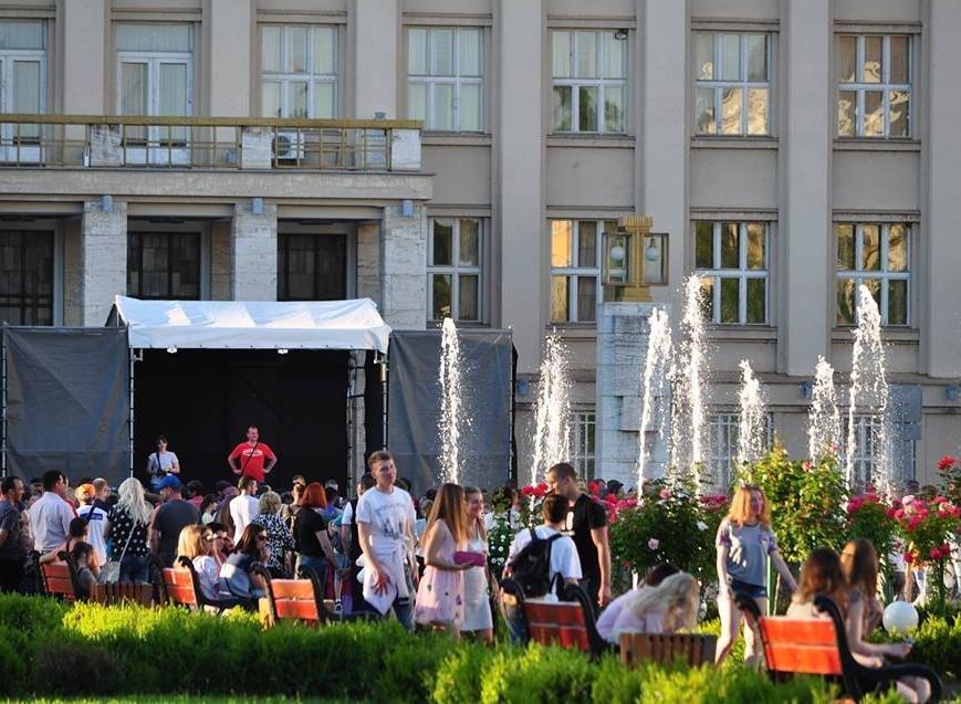 Сердючка і 100 кілограмів фарби: в Ужгороді на Народній відбувся веселий фестиваль, фото-2