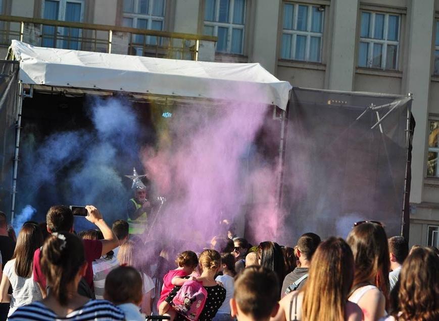 Сердючка і 100 кілограмів фарби: в Ужгороді на Народній відбувся веселий фестиваль, фото-5