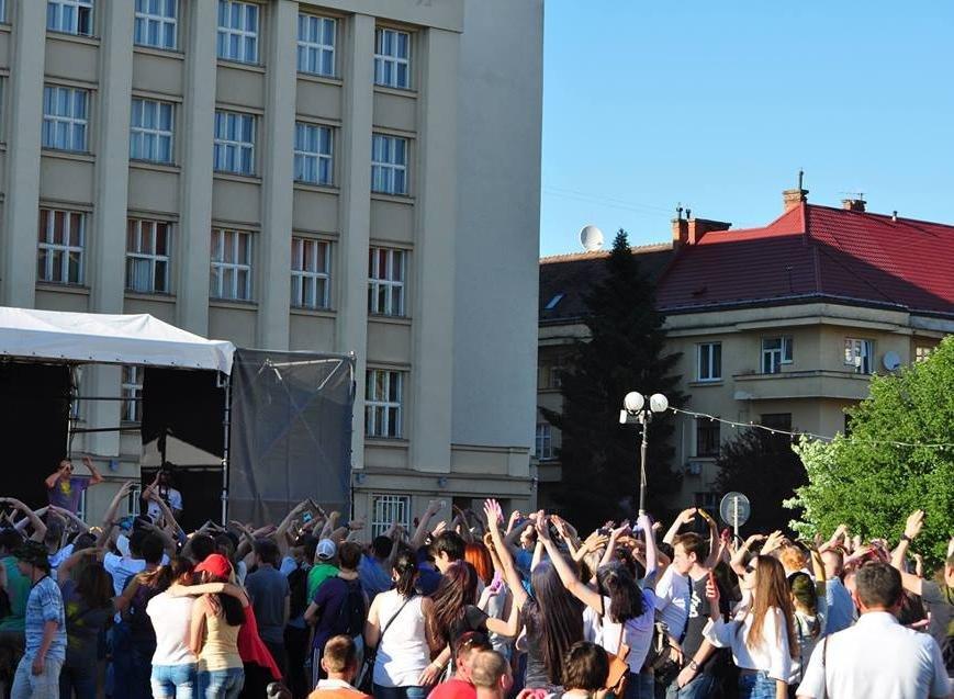 Сердючка і 100 кілограмів фарби: в Ужгороді на Народній відбувся веселий фестиваль, фото-6