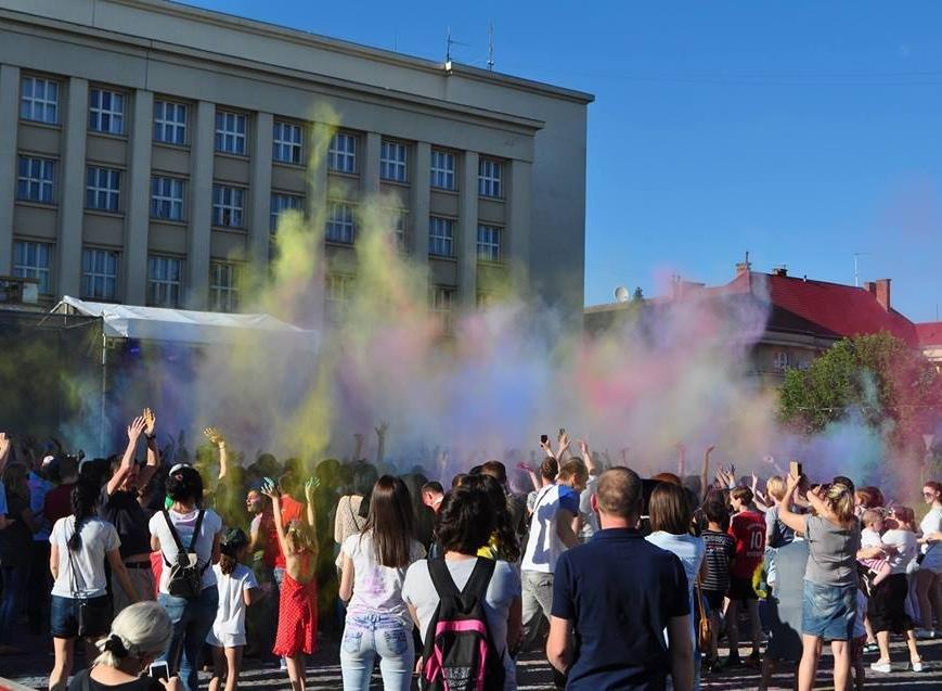 Сердючка і 100 кілограмів фарби: в Ужгороді на Народній відбувся веселий фестиваль, фото-3