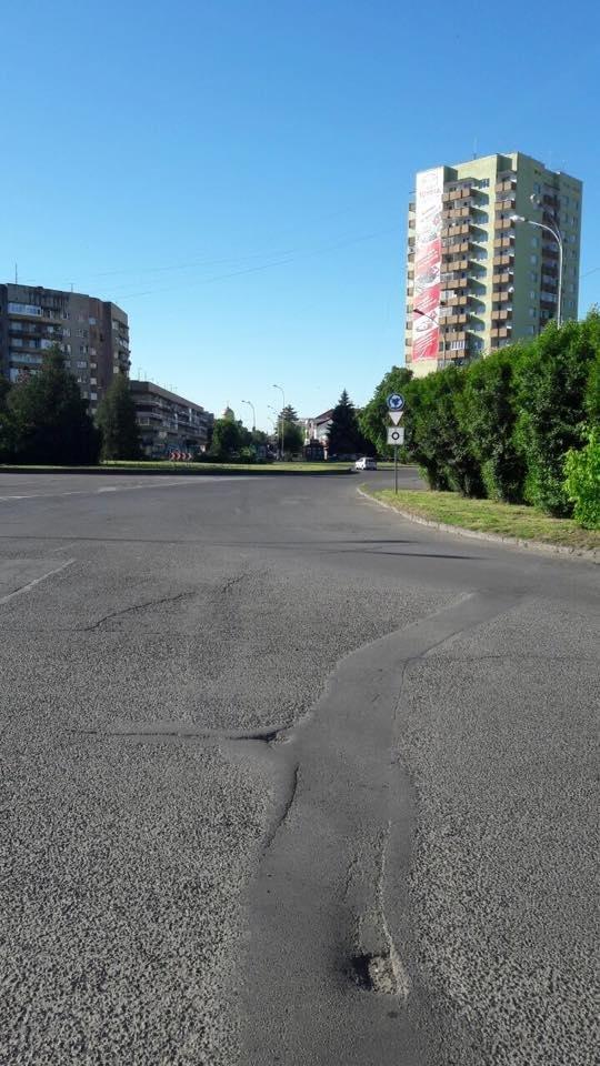 В Ужгороді на колах площ Б.Хмельницького і Дружби народів з'явилися нові знаки: фото, фото-4