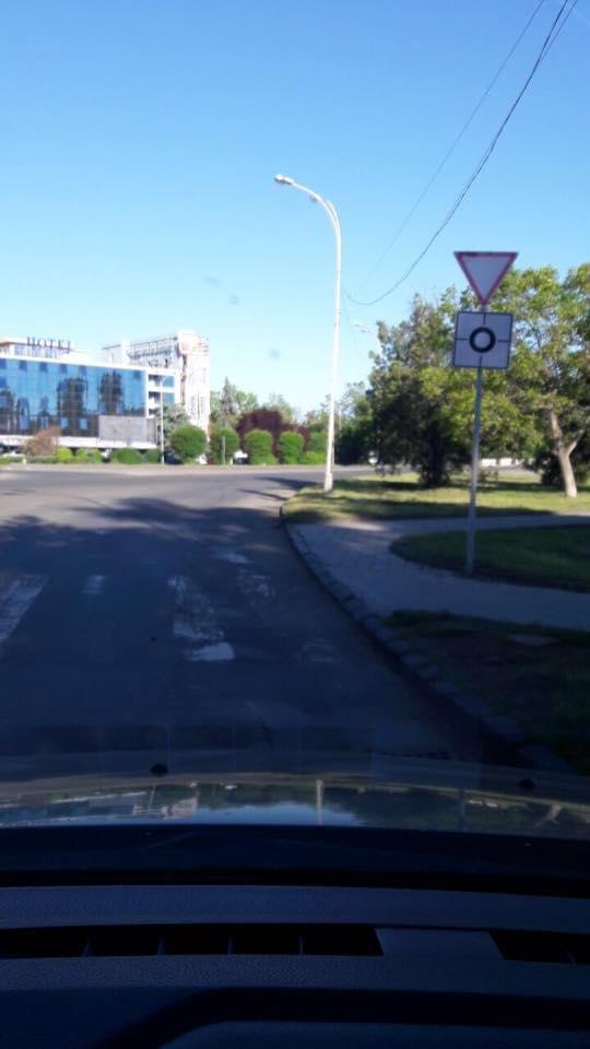 В Ужгороді на колах площ Б.Хмельницького і Дружби народів з'явилися нові знаки: фото, фото-3