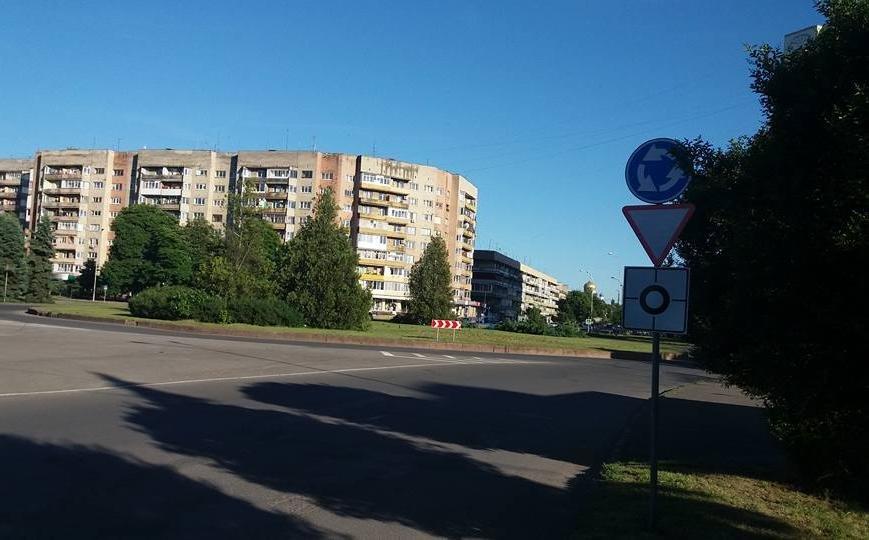 В Ужгороді на колах площ Б.Хмельницького і Дружби народів з'явилися нові знаки: фото, фото-1