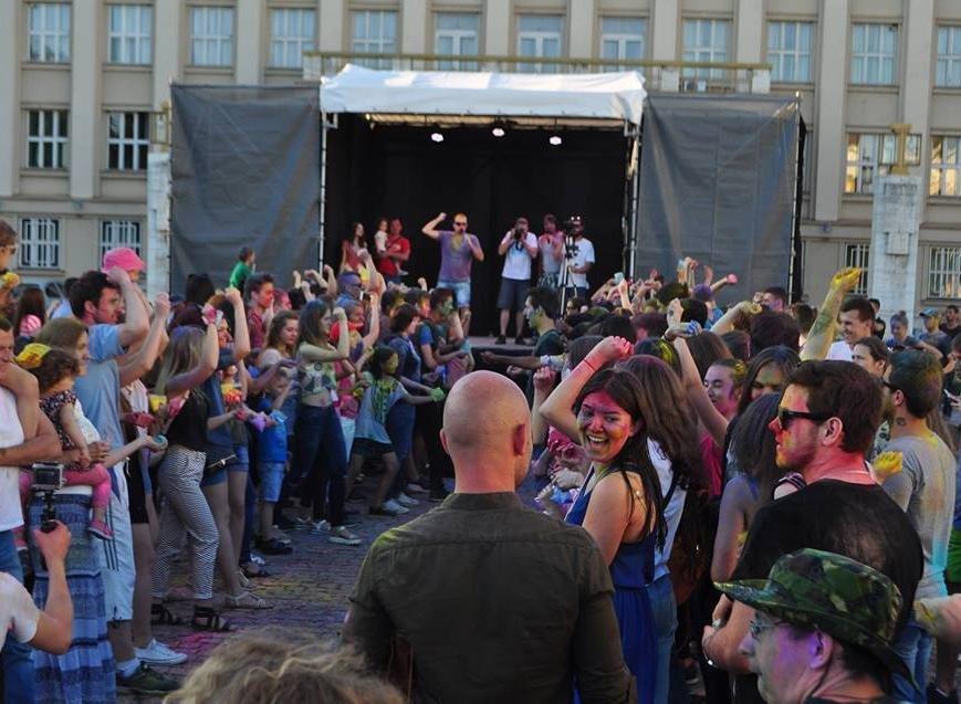 Сердючка і 100 кілограмів фарби: в Ужгороді на Народній відбувся веселий фестиваль, фото-1