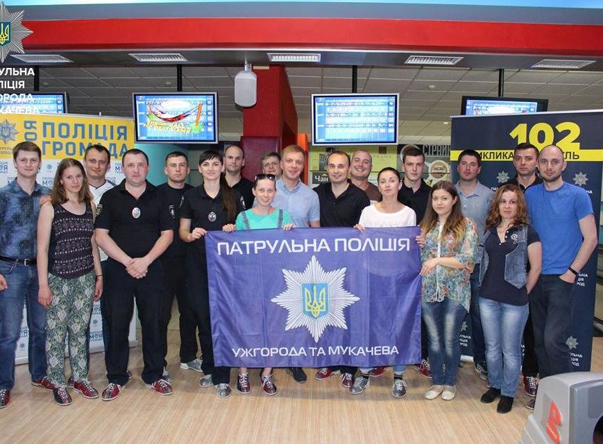 Як ужгородські патрульні грають у боулінг: фото, фото-4