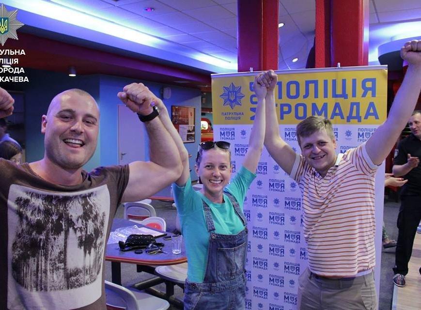 Як ужгородські патрульні грають у боулінг: фото, фото-1