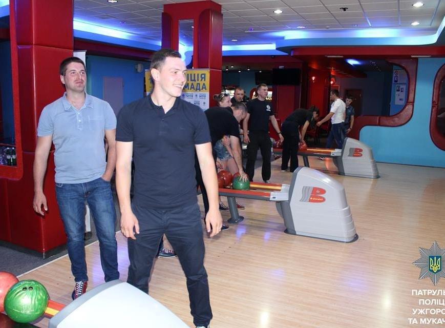 Як ужгородські патрульні грають у боулінг: фото, фото-7