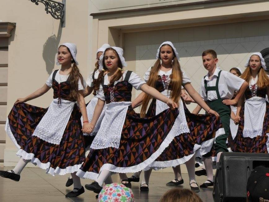"""В Ужгороді на Театральній до Дня захисту дітей виступали """"австрійці"""" та """"іспанці"""": фото, фото-13"""