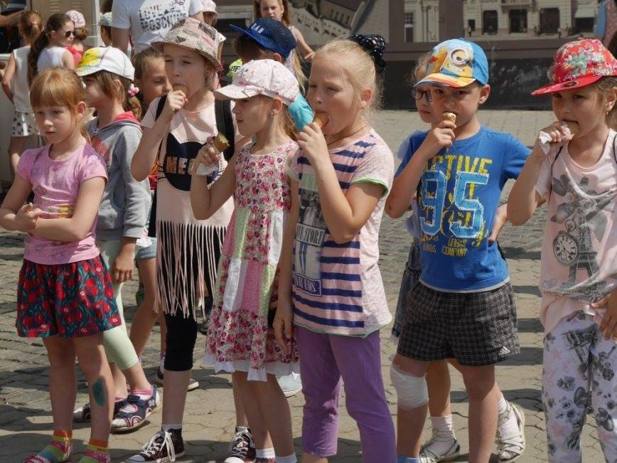 """В Ужгороді на Театральній до Дня захисту дітей виступали """"австрійці"""" та """"іспанці"""": фото, фото-5"""