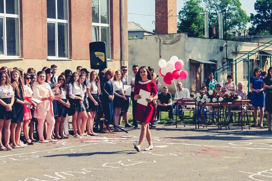 """Як мукачівські школярі відзначали свято """"Останнього дзвоника"""": фото, фото-12"""