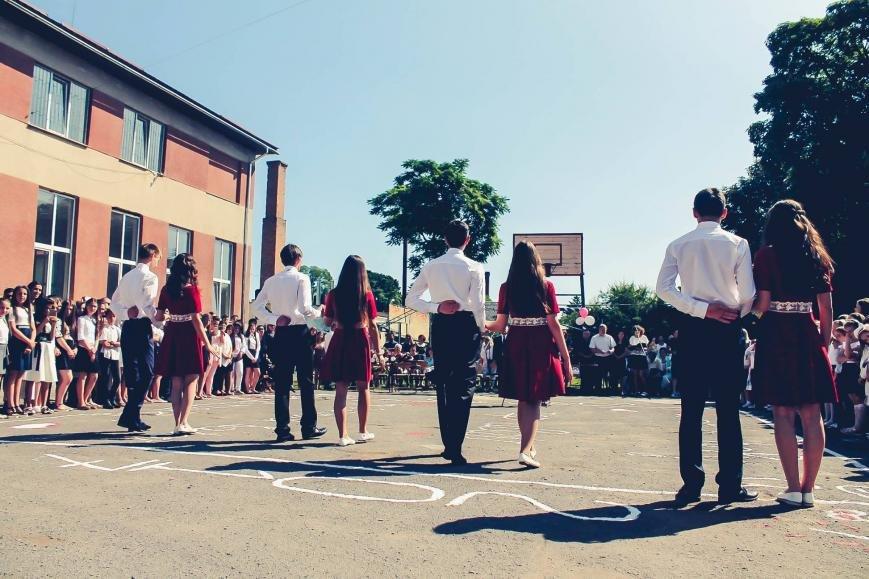 """Як мукачівські школярі відзначали свято """"Останнього дзвоника"""": фото, фото-9"""