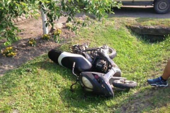 """На Закарпатті п'яний юнак на мопеді врізався у """"Фольксваген"""": фото, фото-2"""