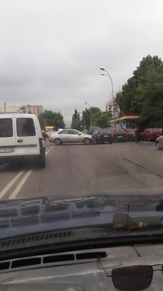 В Ужгороді на Минайській біля автобусної зупинки зіткнулись два авто: фото, фото-2