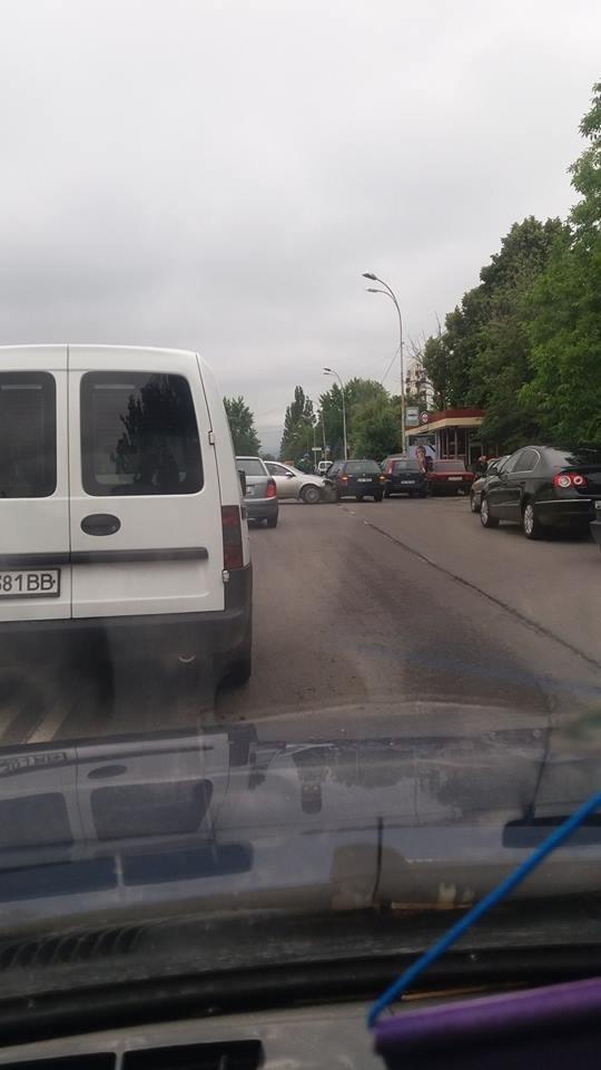 В Ужгороді на Минайській біля автобусної зупинки зіткнулись два авто: фото, фото-1
