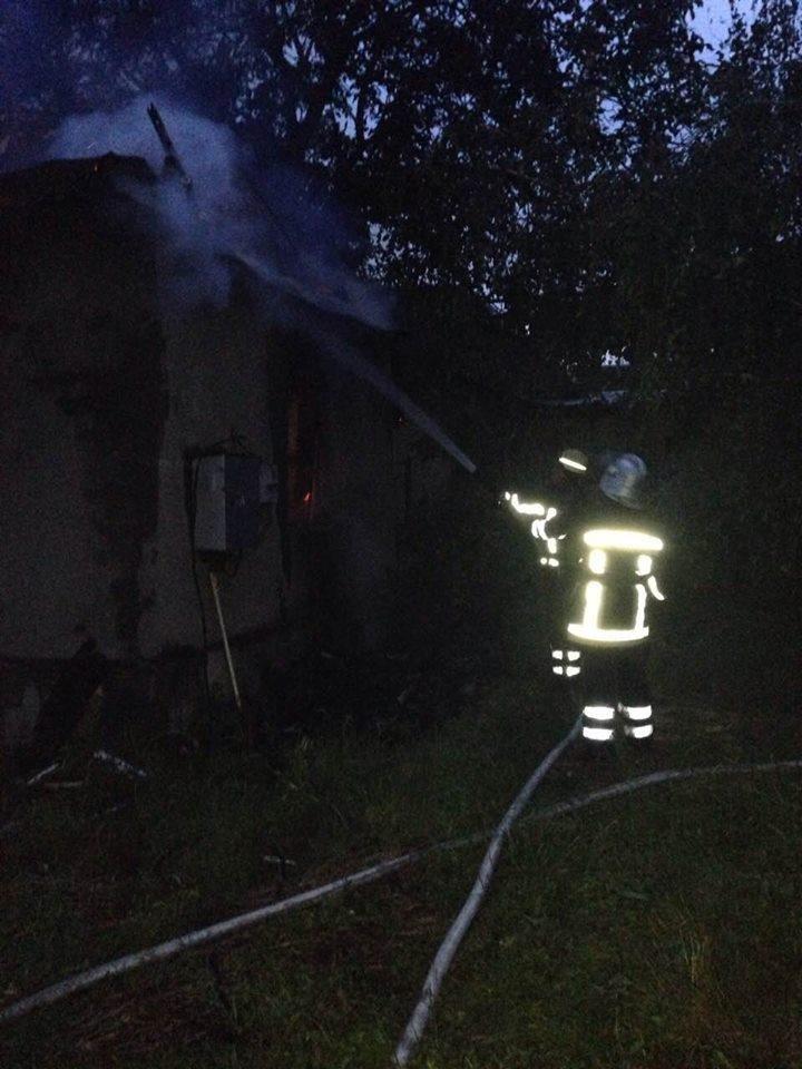 На Мукачівщині сталась пожежа у майстерні школи - рятувальники розглядають версії удару блискавки: фото, фото-2