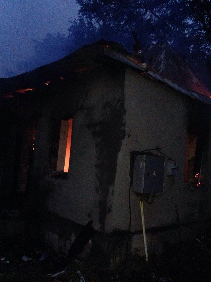 На Мукачівщині сталась пожежа у майстерні школи - рятувальники розглядають версії удару блискавки: фото, фото-3