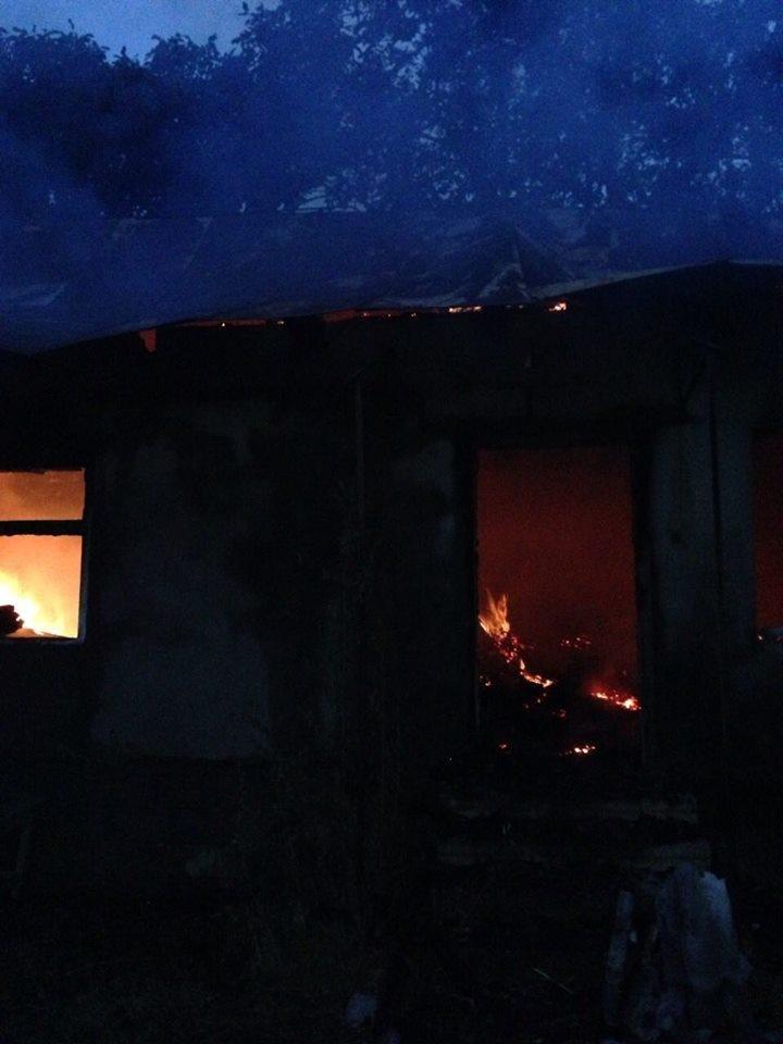 На Мукачівщині сталась пожежа у майстерні школи - рятувальники розглядають версії удару блискавки: фото, фото-1