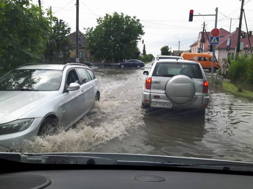 По коліна у воді, або як виглядає Виноградів після проливної зливи: фото, відео, фото-4