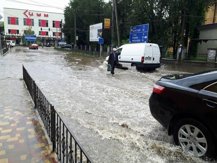 По коліна у воді, або як виглядає Виноградів після проливної зливи: фото, відео, фото-7