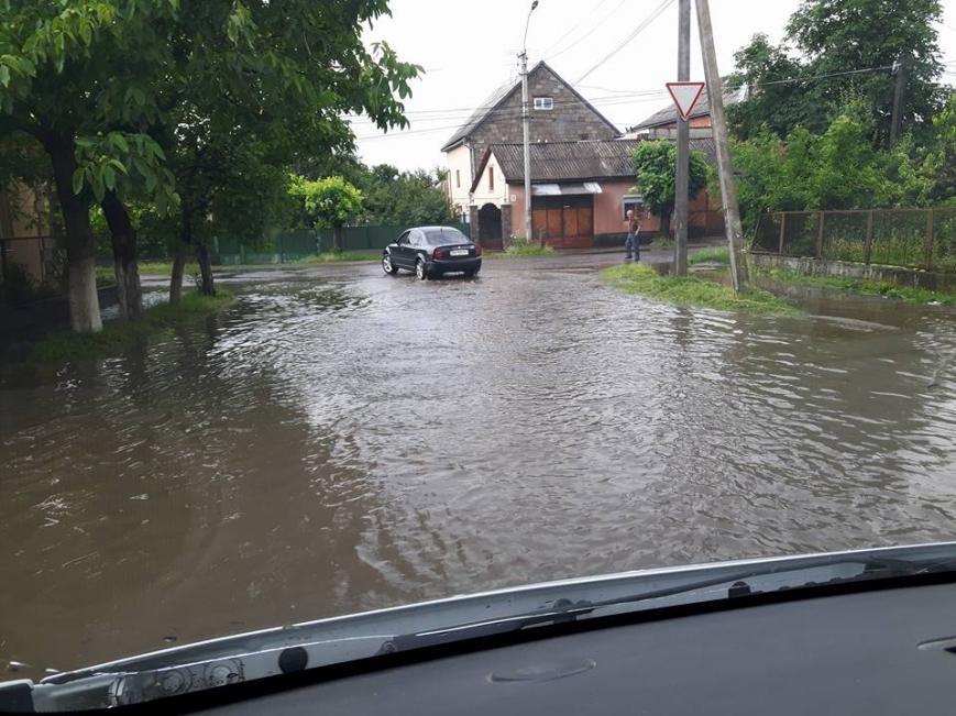 По коліна у воді, або як виглядає Виноградів після проливної зливи: фото, відео, фото-1