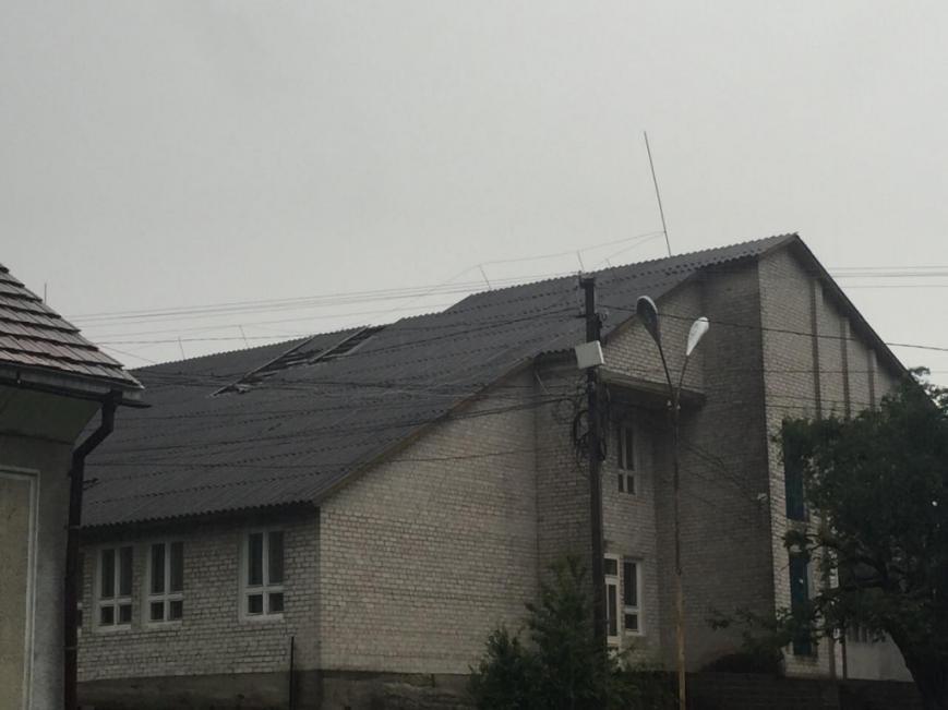 На Рахівщині буревій пошкодив дах школи, повалив десятки дерев і залишив півсотні будинків без світла: фото, фото-4