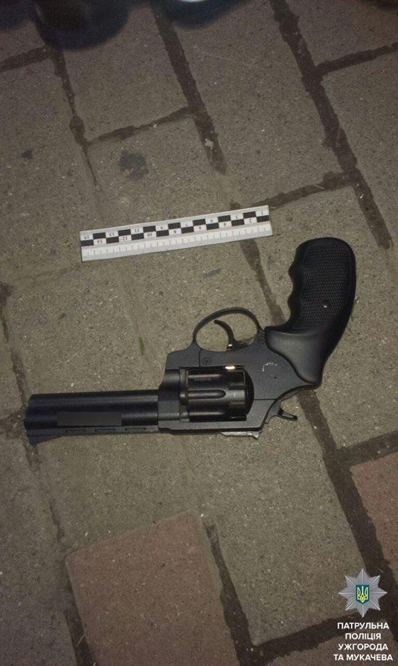 В Ужгороді на Собранецькій патрульні затримали молодиків із револьвером та кастетом: фото, фото-5
