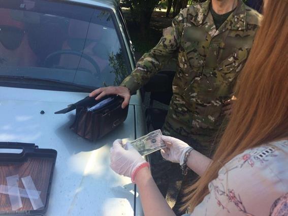 Правоохоронці затримали на хабарі у 300 доларів одного із доцентів УжНУ: фото, фото-2