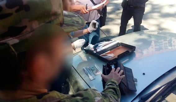 Правоохоронці затримали на хабарі у 300 доларів одного із доцентів УжНУ: фото, фото-1