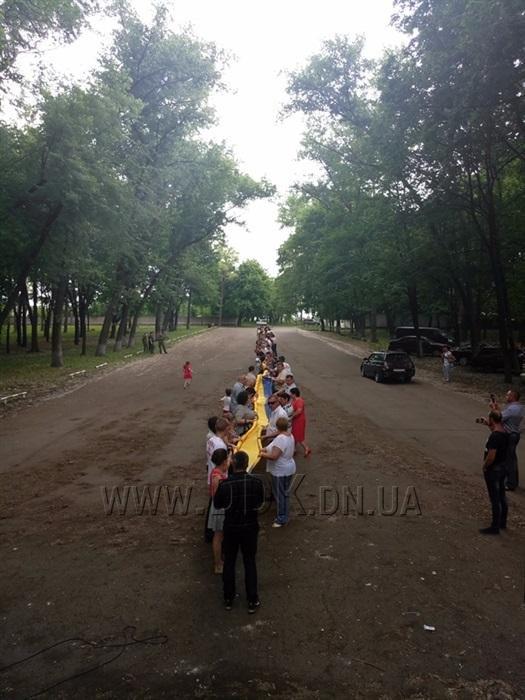 На Донбасі розгорнули найбільший у світі державний прапор: фото, фото-4