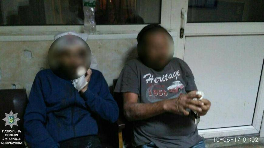 В Ужгороді серед ночі двоє чоловіків з ножем накинулись на хлопця: фото, фото-1