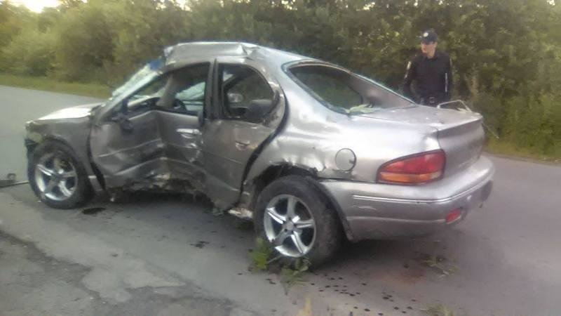 """На Закарпатті водія розбитого """"Крайслера"""" діставали рятувальники: хлопець у критичному стані (ФОТО), фото-2"""