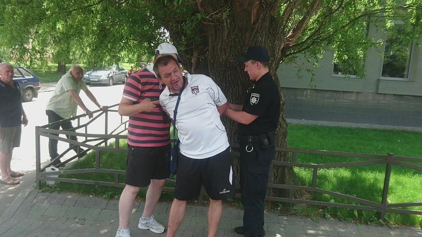 В Ужгороді на Грушевського серед білого дня сталася різанина у п'яній компанії: фото, відео, фото-10