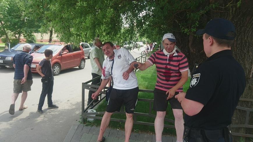 В Ужгороді на Грушевського серед білого дня сталася різанина у п'яній компанії: фото, відео, фото-9