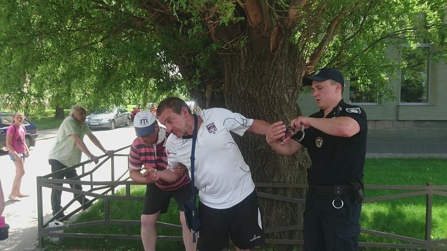 В Ужгороді на Грушевського серед білого дня сталася різанина у п'яній компанії: фото, відео, фото-13