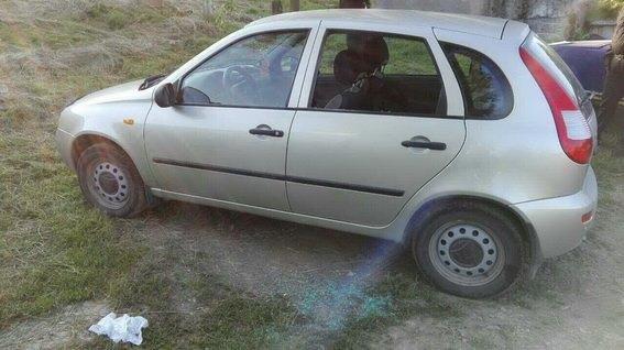 На Іршавщині чоловік розбив каменем вікно авто і вкрав звідти гаманець із доларами: фото, фото-1