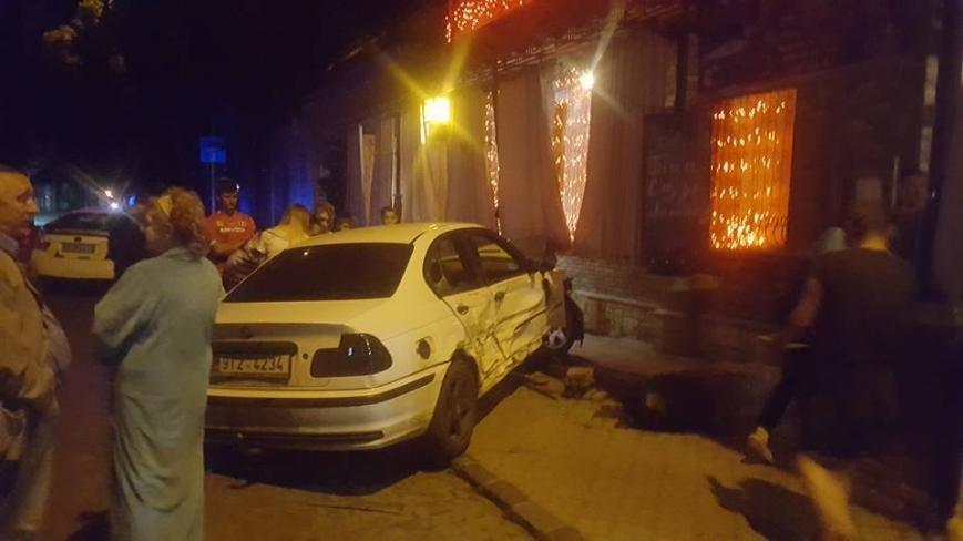 """В Ужгороді """"БМВ"""" протаранив 5 машин і в'їхав у терасу кафе """"Сезар"""": фото, фото-1"""