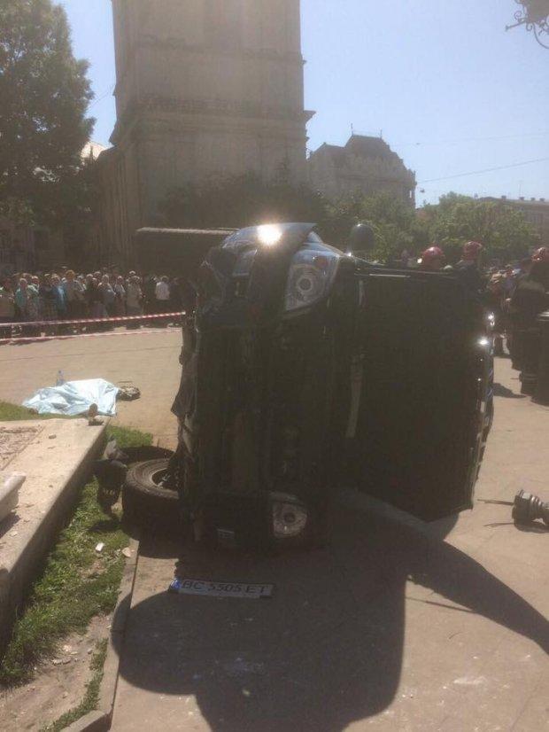 У центрі Львова машина влетіла у натовп людей: загинула жінка, є поранені, фото-2