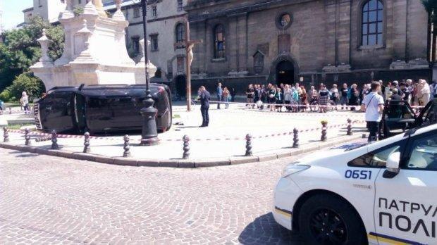 У центрі Львова машина влетіла у натовп людей: загинула жінка, є поранені, фото-3