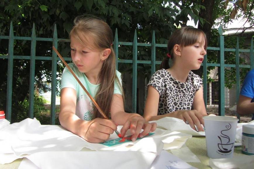 """В Ужгороді діти малювали на екологічних торбах слово  """"LOVE"""": фото, фото-2"""